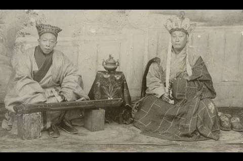 Buddhalaisylipappeja säestämässä rukouksiaan kanteleella.Museovirasto - Finnish Heritage Agency